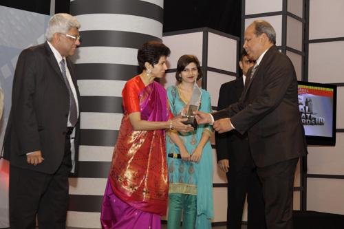 Mr.Deepak Parekh's presence, Ms.Kumari Shelja presents the award to Mr. Satish Magar